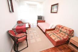 Гостиная. Черногория, Игало : Апартамент с отдельной спальней, с балконом, рядом с Institute Dr.Simo Miloshevich