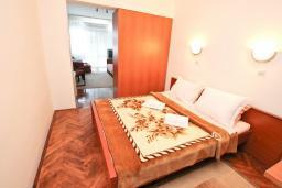 Спальня. Черногория, Игало : Апартамент с отдельной спальней, с балконом, рядом с Institute Dr.Simo Miloshevich