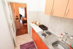 Кухня. Черногория, Игало : Апартамент с отдельной спальней, с балконом, рядом с Institute Dr.Simo Miloshevich