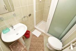 Ванная комната. Черногория, Игало : Апартамент с отдельной спальней, с балконом, рядом с Institute Dr.Simo Miloshevich