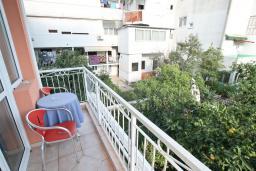 Балкон. Черногория, Игало : Апартамент с отдельной спальней, с балконом, рядом с Institute Dr.Simo Miloshevich