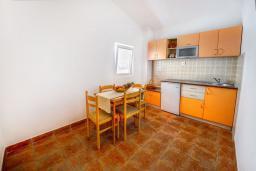 Кухня. Черногория, Каменово : Апартаменты для 4-5 человек, с 2-мя отдельными спальнями, с 2-мя балконами с видом на море