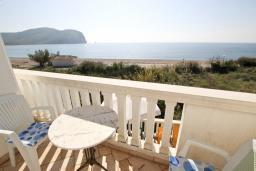 Вид на море. Черногория, Булярица : Апартамент с отдельной спальней, с балконом с видом на море, 10 метров от пляжа