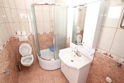 Ванная комната. Черногория, Игало : Уютная студия для 2-3 человек, с балконом с видом на море