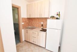 Кухня. Черногория, Росе : Апартамент с отдельной спальней, с видом на море, возле пляжа