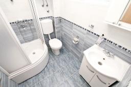 Ванная комната. Черногория, Росе : Апартамент с отдельной спальней, с видом на море, возле пляжа