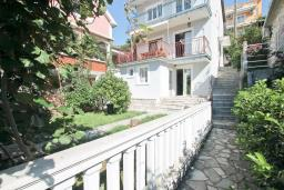 Фасад дома. Продается дом в Кумборе, 95м2, две большие гостиные, спальня, 2 ванные комнаты, балкон и терраса с видом на море, возле пляжа, гараж, дворик. Цена - 270'000 Евро. в Кумборе