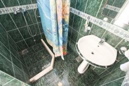Ванная комната. Продается дом в Кумборе, 95м2, две большие гостиные, спальня, 2 ванные комнаты, балкон и терраса с видом на море, возле пляжа, гараж, дворик. Цена - 270'000 Евро. в Кумборе