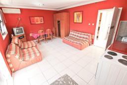 Гостиная. Продается дом в Кумборе, 95м2, две большие гостиные, спальня, 2 ванные комнаты, балкон и терраса с видом на море, возле пляжа, гараж, дворик. Цена - 270'000 Евро. в Кумборе