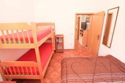 Спальня. Черногория, Доня Ластва : Апартамент в 20 метрах от пляжа, с гостиной и отдельной спальней, для 4-5 человек