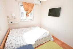 Спальня. Черногория, Доня Ластва : Апартамент в 20 метрах от пляжа, с кухней, двумя отдельными спальнями и двумя ванными комнатами, для 4-6 человек