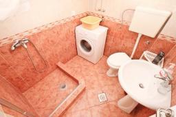 Ванная комната. Черногория, Доня Ластва : Апартамент в 20 метрах от пляжа, с кухней, двумя отдельными спальнями и двумя ванными комнатами, для 4-6 человек