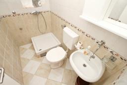 Ванная комната 2. Черногория, Доня Ластва : Апартамент в 20 метрах от пляжа, с кухней, двумя отдельными спальнями и двумя ванными комнатами, для 4-6 человек