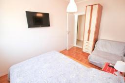 Спальня 2. Черногория, Доня Ластва : Апартамент в 20 метрах от пляжа, с кухней, двумя отдельными спальнями и двумя ванными комнатами, для 4-6 человек