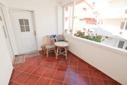 Балкон. Черногория, Доня Ластва : Апартамент в 20 метрах от пляжа, с кухней, двумя отдельными спальнями и двумя ванными комнатами, для 4-6 человек