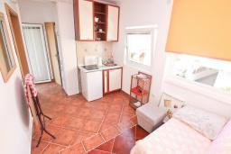 Гостиная. Черногория, Доня Ластва : Апартамент в 20 метрах от пляжа, с гостиной и отдельной спальней, для 4-5 человек