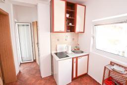 Кухня. Черногория, Доня Ластва : Апартамент в 20 метрах от пляжа, с гостиной и отдельной спальней, для 4-5 человек