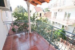 Балкон. Черногория, Доня Ластва : Апартамент в 20 метрах от пляжа, с гостиной и отдельной спальней, для 4-5 человек