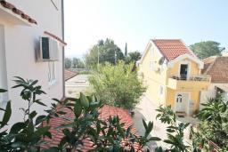 Вид. Черногория, Доня Ластва : Апартамент в 20 метрах от пляжа, с гостиной и отдельной спальней, для 4-5 человек