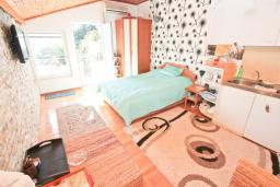 Студия (гостиная+кухня). Черногория, Доня Ластва : Студия для 2 человек в 20 метрах до пляжа, с балконом и видом на море, с плазменным телевизором и кондиционером