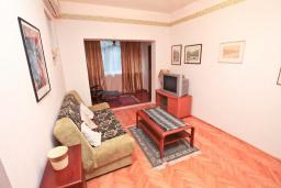 Гостиная. Черногория, Игало : Апартамент с большой гостиной, отдельной спальней и террасой