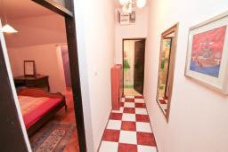Коридор. Черногория, Игало : Апартамент с большой гостиной, отдельной спальней и террасой