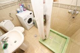 Ванная комната. Черногория, Игало : Апартамент с большой гостиной, отдельной спальней и террасой