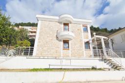 Фасад дома. Черногория, Будва : Двухэтажный дом с бассейном в Будве, площадью 200м2 с 2-мя гостиными, 4-мя спальнями, 2-мя ванными комнатами, с террасой и местом для барбекю