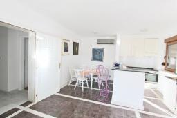 Кухня. Черногория, Будва : Двухэтажный дом с бассейном в Будве, площадью 200м2 с 2-мя гостиными, 4-мя спальнями, 2-мя ванными комнатами, с террасой и местом для барбекю