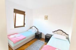 Спальня 3. Черногория, Будва : Двухэтажный дом с бассейном в Будве, площадью 200м2 с 2-мя гостиными, 4-мя спальнями, 2-мя ванными комнатами, с террасой и местом для барбекю