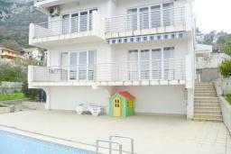 Фасад дома. Черногория, Шушань : Двухэтажный дом площадью 300м2, с бассейном, большой гостиной, шестью спальнями с ванными комнатами, двориком, местом для парковки и местом для барбекю