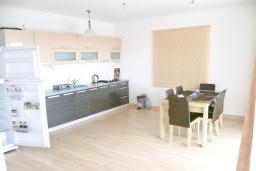 Кухня. Черногория, Шушань : Двухэтажный дом площадью 300м2, с бассейном, большой гостиной, шестью спальнями с ванными комнатами, двориком, местом для парковки и местом для барбекю