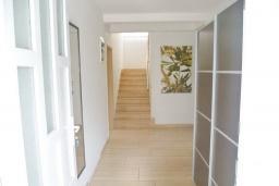 Коридор. Черногория, Шушань : Двухэтажный дом площадью 300м2, с бассейном, большой гостиной, шестью спальнями с ванными комнатами, двориком, местом для парковки и местом для барбекю