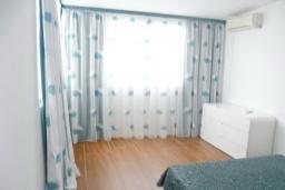 Спальня. Черногория, Шушань : Двухэтажный дом площадью 300м2, с бассейном, большой гостиной, шестью спальнями с ванными комнатами, двориком, местом для парковки и местом для барбекю