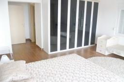 Спальня 2. Черногория, Шушань : Двухэтажный дом площадью 300м2, с бассейном, большой гостиной, шестью спальнями с ванными комнатами, двориком, местом для парковки и местом для барбекю