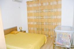 Спальня 3. Черногория, Шушань : Двухэтажный дом площадью 300м2, с бассейном, большой гостиной, шестью спальнями с ванными комнатами, двориком, местом для парковки и местом для барбекю