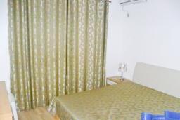 Спальня 4. Черногория, Шушань : Двухэтажный дом площадью 300м2, с бассейном, большой гостиной, шестью спальнями с ванными комнатами, двориком, местом для парковки и местом для барбекю