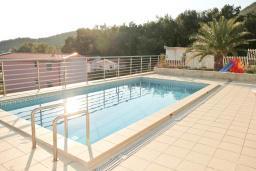 Бассейн. Черногория, Шушань : Двухэтажный дом площадью 300м2, с бассейном, большой гостиной, шестью спальнями с ванными комнатами, двориком, местом для парковки и местом для барбекю