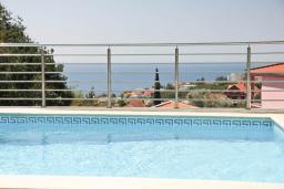 Вид на море. Черногория, Шушань : Двухэтажный дом площадью 300м2, с бассейном, большой гостиной, шестью спальнями с ванными комнатами, двориком, местом для парковки и местом для барбекю