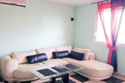 Гостиная. Черногория, Сутоморе : Трехэтажный дом площадью 300м2 с кухней, обеденной зоной, сауной, большой гостиной, четырьмя спальнями, двумя ванными комнатами, двориком и местом для парковки