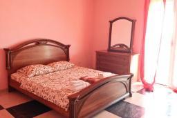 Спальня. Черногория, Сутоморе : Трехэтажный дом площадью 300м2 с кухней, обеденной зоной, сауной, большой гостиной, четырьмя спальнями, двумя ванными комнатами, двориком и местом для парковки