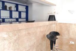 Кухня. Черногория, Сутоморе : Трехэтажный дом площадью 300м2 с кухней, обеденной зоной, сауной, большой гостиной, четырьмя спальнями, двумя ванными комнатами, двориком и местом для парковки