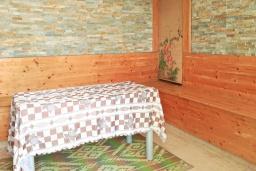 Обеденная зона. Черногория, Сутоморе : Трехэтажный дом площадью 300м2 с кухней, обеденной зоной, сауной, большой гостиной, четырьмя спальнями, двумя ванными комнатами, двориком и местом для парковки