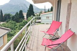 Балкон. Черногория, Сутоморе : Трехэтажный дом площадью 300м2 с кухней, обеденной зоной, сауной, большой гостиной, четырьмя спальнями, двумя ванными комнатами, двориком и местом для парковки