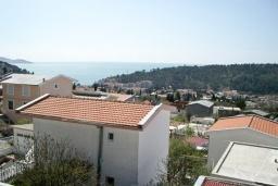 Вид на море. Черногория, Сутоморе : Трехэтажный дом площадью 300м2 с кухней, обеденной зоной, сауной, большой гостиной, четырьмя спальнями, двумя ванными комнатами, двориком и местом для парковки