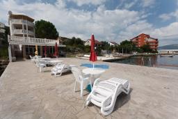 Фасад дома. Черногория, Обала Джурашевича : Трехэтажная вилла на берегу моря, с 3-мя гостиными, с 6-ю спальнями, 3-мя ванными комнатами, с 3-мя балконами, огромной террасой с шикарным видом на море