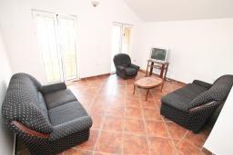Гостиная. Черногория, Обала Джурашевича : Трехэтажная вилла на берегу моря, с 3-мя гостиными, с 6-ю спальнями, 3-мя ванными комнатами, с 3-мя балконами, огромной террасой с шикарным видом на море