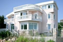 Фасад дома. Черногория, Утеха : 3-х этажный дом в Полюшково в 50 метрах от пляжа с 4-мя отдельными спальнями, с 5-ю ванными комнатами, с большой гостиной, кухней, с комнатой отдыха. несколько парковочных мест