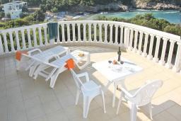 Балкон. Черногория, Утеха : 3-х этажный дом в Полюшково в 50 метрах от пляжа с 4-мя отдельными спальнями, с 5-ю ванными комнатами, с большой гостиной, кухней, с комнатой отдыха. несколько парковочных мест
