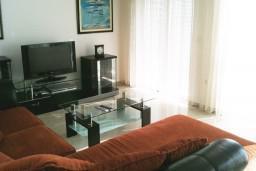 Гостиная. Черногория, Петровац : Люкс апартамент для 5 человек с двумя отдельными спальнями, с балконом и видом на море
